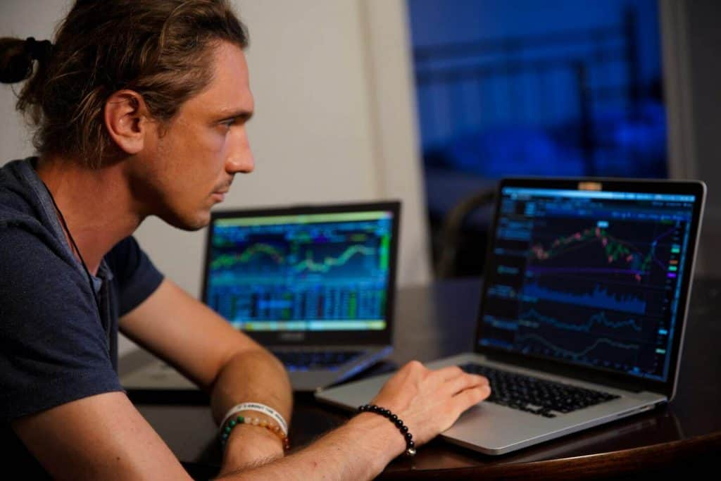 אדם יושב מול מחשב
