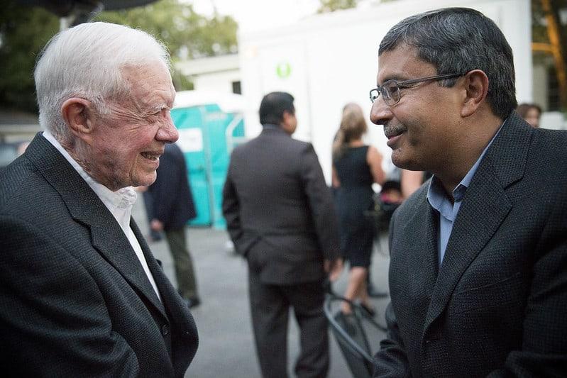 """סנג'אי מהרוטרה מנכ""""ל מיקרון טכנולוג'י עם הנשיא לשעבר קרטר"""