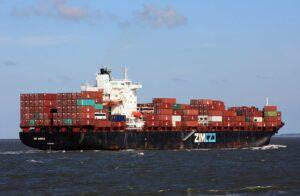 אחת מספינות צים עמוסה במכולות