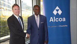 """משמאל לימין: רוי הארווי, מנכ""""לאלקואה יחד עם נשיא גאנה לשעבר, אלפה קונדה"""